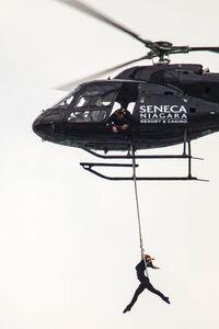 Slo ektemannens verdensrekord: Her henger våghalsen over Niagarafossen