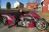 Kristin (55) var lei av å se på sønnen: Kjører 0-100 km/t på 1 sekund!