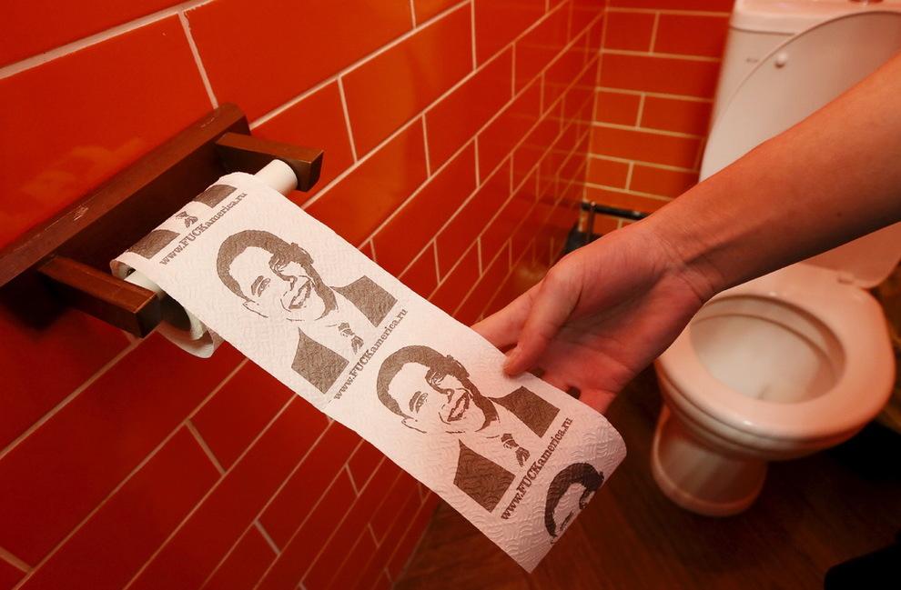 <p>TØRK I VEI: Slik ser det kreativt utformede toalettpapiret ut på Putin-kafeen i Sibir.</p>