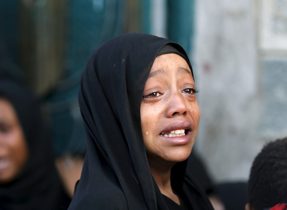 <p>MISTET FAREN: En jente fotografert etter at faren skal ha blitt drept i et luftangrep utført av koalisjonen som kriger i Jemen. Bildet er tatt i hovedstaden Sanaa i 2015.</p>
