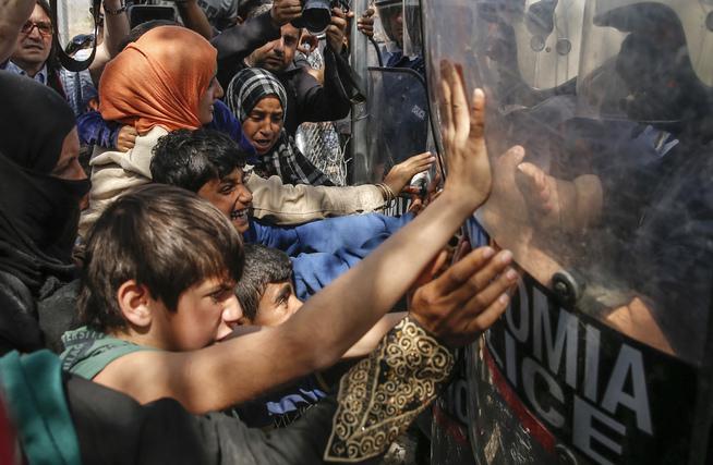 <p>TRENGSEL: Flyktninger som har levd i over en måned i kummerlige forhold i teltleiren nær byen Idomeni på grensen mellom Hellas og Makedonia, har havnet i klinsj med makedonsk politi flere ganger de siste dagene. Bildet er fra sist torsdag.</p>