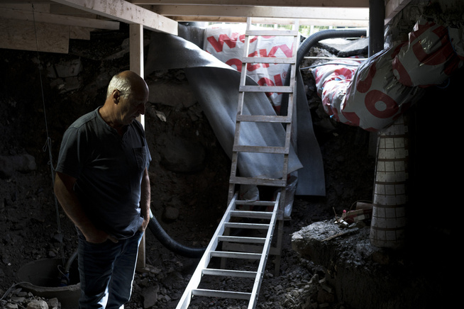 <p>MARINERT: Fyringsoljen som feilaktig fylt i huset har trukket inn i grunnen. Svein Fuglerud inspiserer skadene.</p>