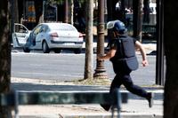 Paris: Væpnet angriper drept på Champs-Elysées