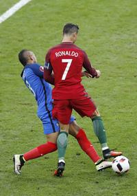 Gråtende Ronaldo ut på båre etter 25 minutter av EM-finalen
