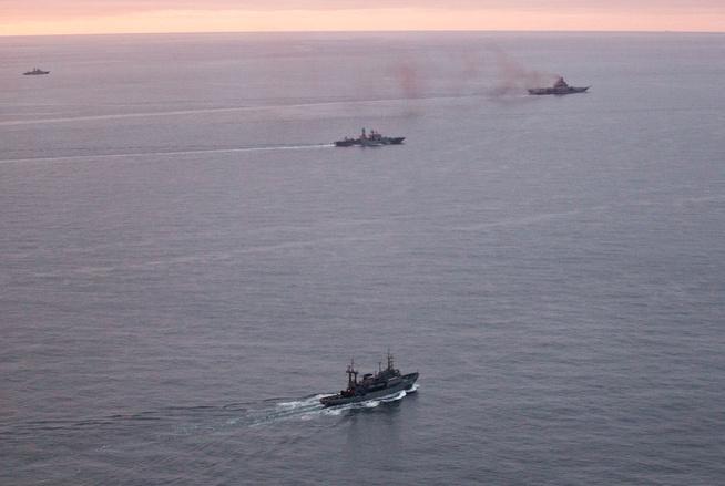 <p>SØROVER: Hangarskipet «Admiral Kuznetsov» eskorteres av tilsammen syv fartøyer langs norskekysten. Bildet er tatt mandag vest for Andøya.</p>