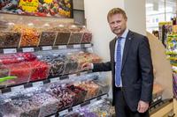 Helseministeren vil få barn til å kutte ned på brus og godteri
