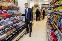 Varehandelsekspert tror ikke på godteriflytting: – Godteriet blir stående der det selger