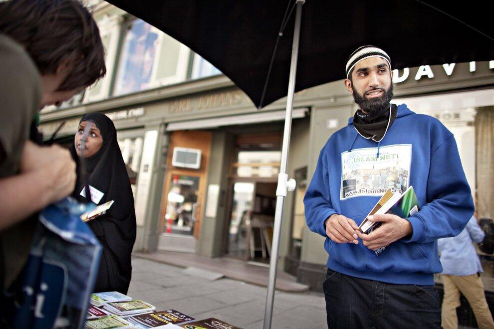 <p>– I beste fall, får vi borgere som følger norsk lov, men psykologisk har helt andre verdier. I verste fall, får vi individer som vil endre samfunnets normer og struktur med vold og terror, skriver Shahram Shaygani som svar til Islam Nets Fahad Qureshi. Her er Qureshi på Egertorget i Oslo.</p>
