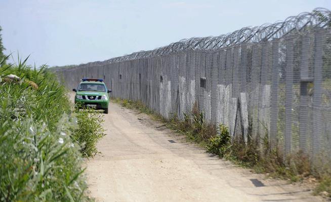 <p>GRENSE: Viktor Orbán bygget høye gjerder, slik som her ved den serbiske grensen, for å stoppe flyktninger som vil reise inn i Ungarn.</p>