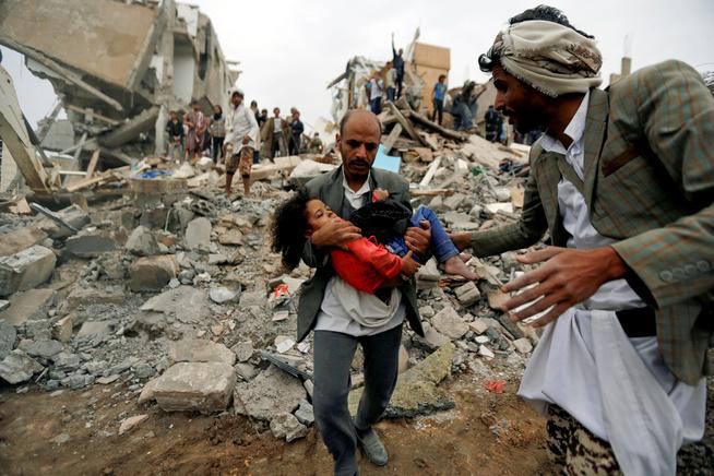 <p>FAMILIEN DREPT: En mann bærer jenta Buthaina Muhammad Mansour ut av ruinene av sitt eget hjem, etter en bombing i Sanaa i august. Angrepet drepte åtte av hennes familiemedlemmer.</p>